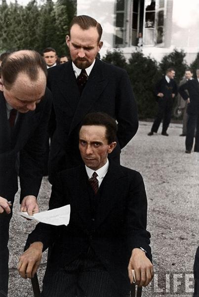 Joseph Goebels se mračí na fotografa Alfreda Eisenstaedta poté, co zjistil, že je žid. Rok 1933