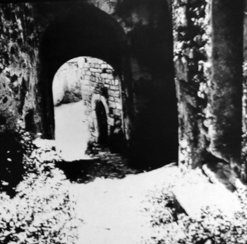 Rozvaliny hradu markýze De Sade tak, jak je zachytil Štyrský v roce 1933.